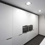bateria de armarios blancos en cocina