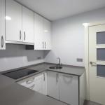 puerta blanca en cocina